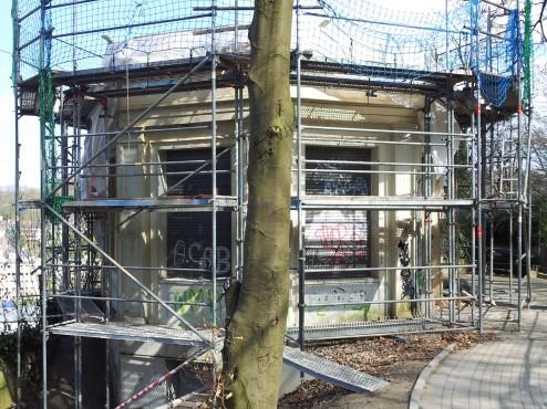 Der eingerüstete Pavillon im Klophaus-Park