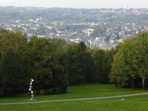 Blick vom Emil-Röhrig-Platz auf die Cragg-Skulptur, Barmen-Gemarke und Hatzfeld. Foto: Conrads